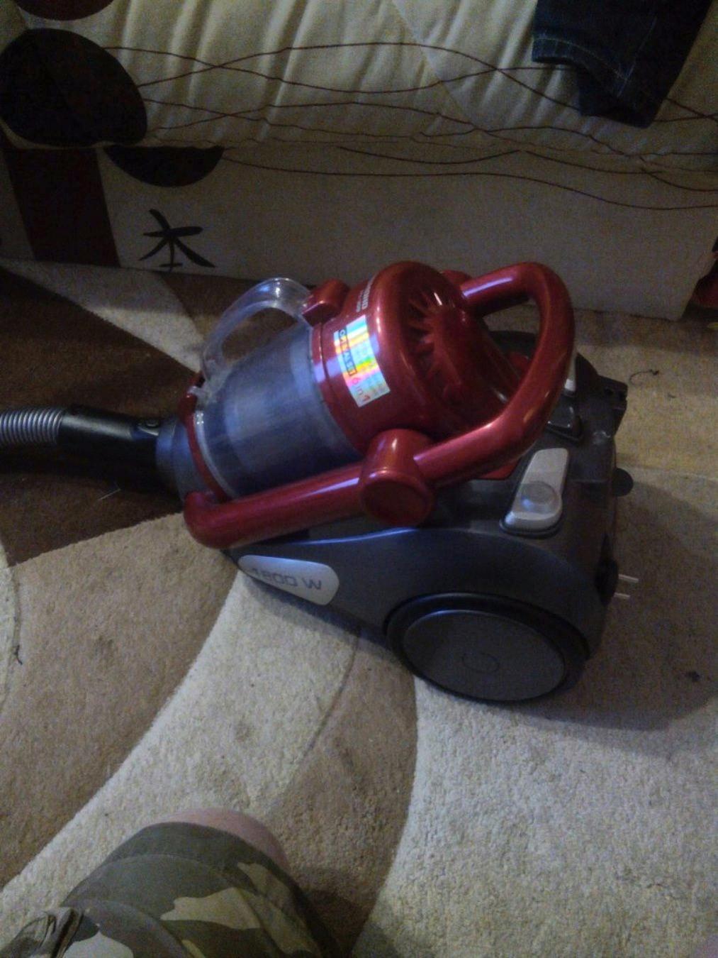 Пылесос с контейнером для пыли Redmond