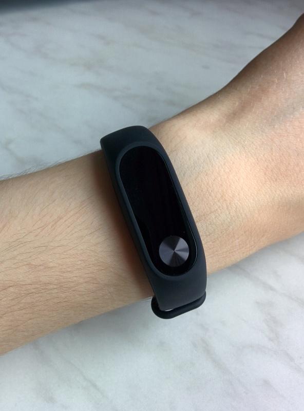 Теперь эта возможность доступна, а время отображается по нажатию на кнопку, как и другая информация — это настраивается в приложении mi fit, которое доступно как для android, так и для ios.