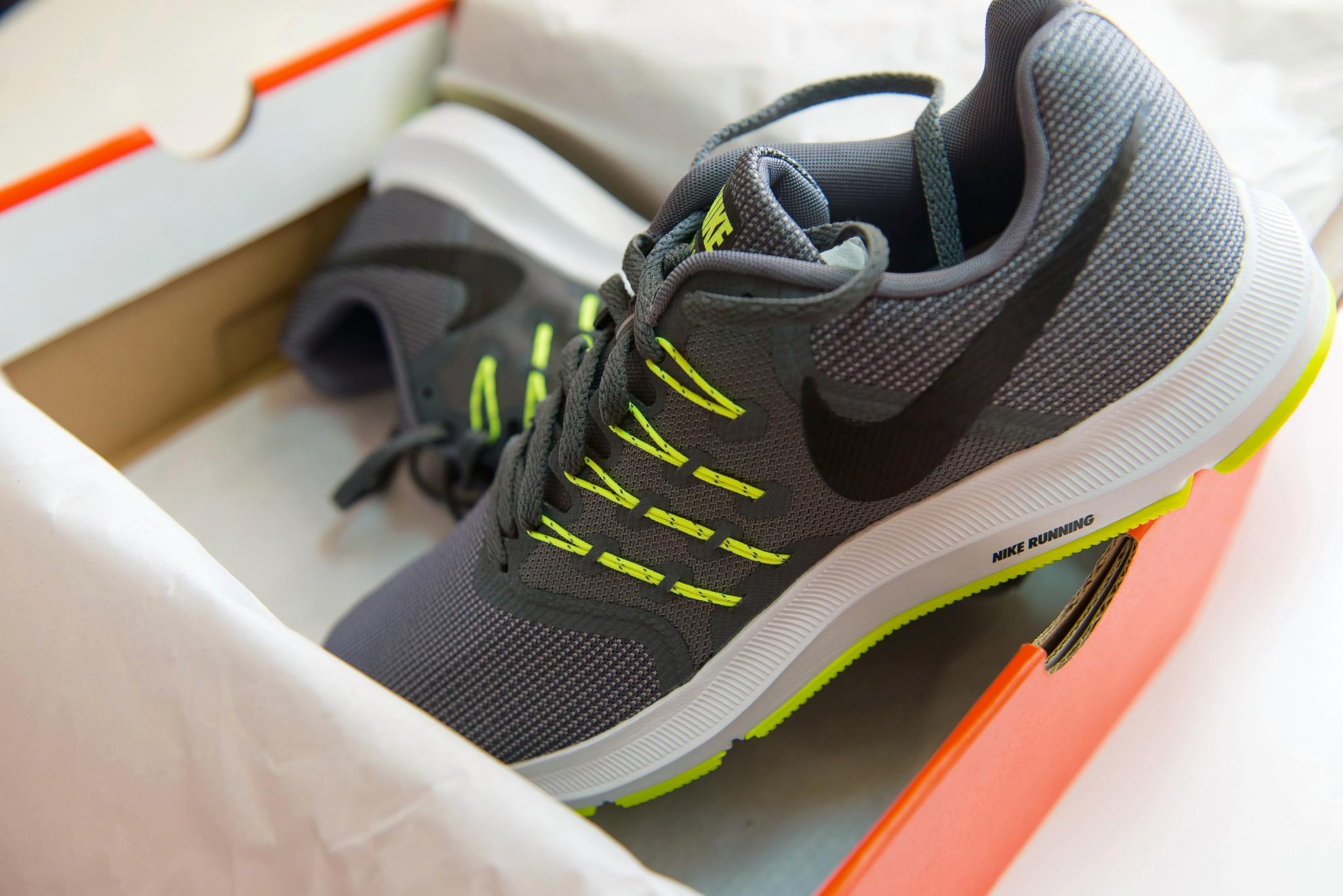 NIKE 908989-007 Run Swift Running Shoe